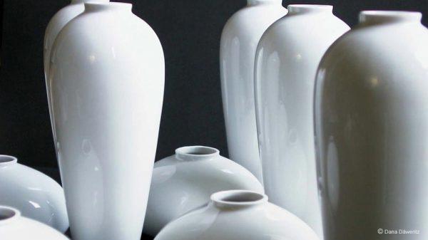Design der Vasenserie in weißem Porzellan. Porzellanguß.