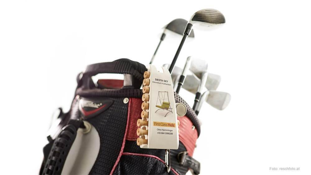 Teetool bestückt mit Tees und Pitchgabel in Funktion am Golfbag