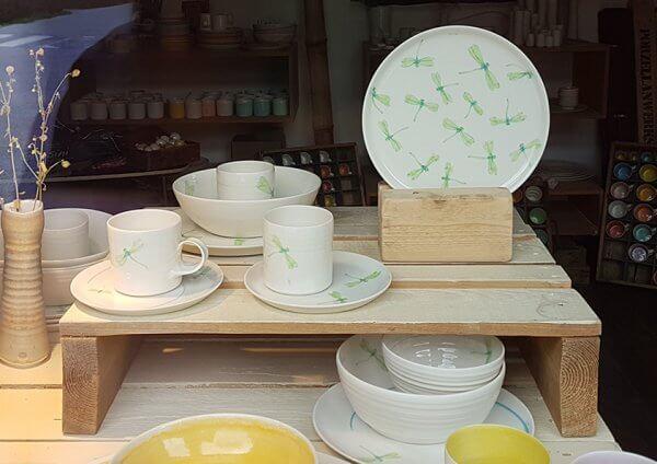 Geschirr aus Porzellan mit Libellen-Dekor